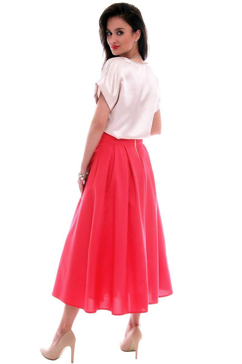Czerwona, rozkloszowana spódnica, biała bluzka, co o tym