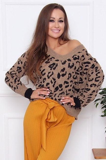 Sweter modny z dekoltem panterka brąz